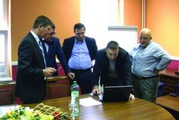 Tlačovej konferencie Ladislava Maťašovského sa zúčastnil aj predseda redakčnej rady mestských novín Juraj Stern (vpravo).