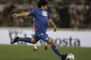 Maradona počas charitatívneho zápasu na rímskom olympijskom štadióne 12. mája 2008.