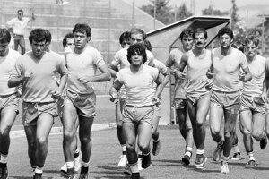 Na archívnej snímke z 27. júla 1984 argentínska futbalová hviezda Diego Maradona (uprostred) počas tréningu so svojimi spoluhráčmi z SSC Neapol v horskom stredisku v strednom Taliansku.