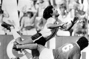 Na archívnej fotografii z 29. júna 1982 Maradona s talianskym hráčom Claudiom Gentilem počas zápasu majstrovstiev sveta medzi Talianskom a Argentínou na štadióne Sarra v Španielsku v Barcelone.