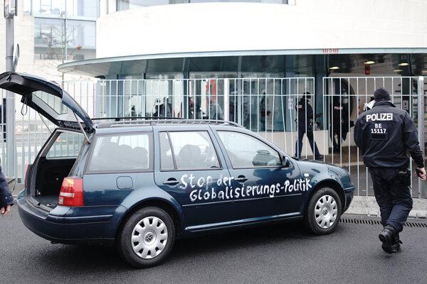 Auto, ktorým muž narazil do oplotenia sídla nemeckej kancelárky.