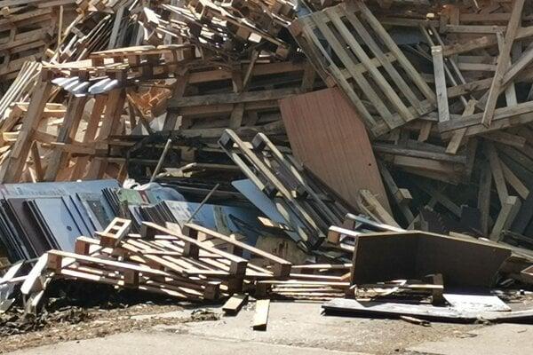 Drevený odpad nemusí končiť na skládke, dá sa ďalej spracovať. V trenčianskom regióne je firma, ktorá to robí už roky.