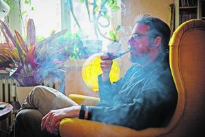 Fajčenie fajky je rituál, treba dbať, aby nezhasla.