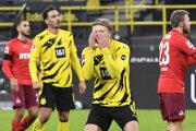 Erling Haaland sa drží za hlavu v zápase Dortmund - Kolín.