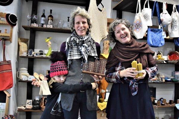 V turisticko-informačnom centre na železničnej stanici v Lučenci nájdu záujemcovia množstvo tipov nielen na vianočné darčeky, ktoré zároveň pomôžu aj ich výrobcom.