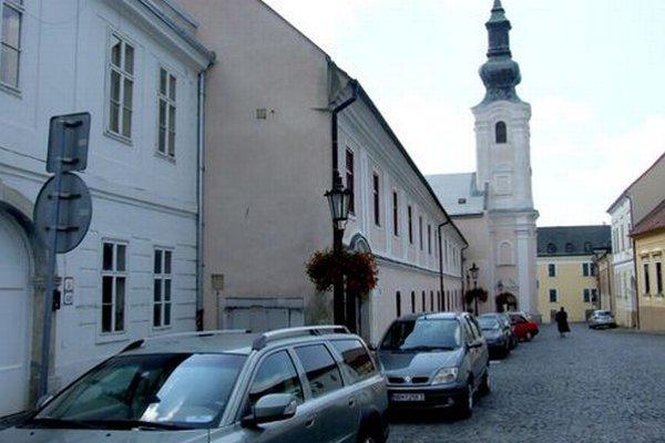 Historické uličky na hradnom kopci lemujú autá.