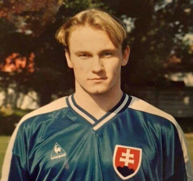 Fotka z druhej polovice 90-tych rokov: Peter Dobiaš v drese mládežníckej reprezentácie Slovenska.