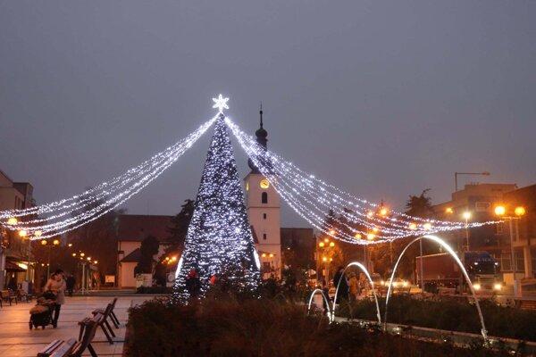 Vianočná výzdoba v Senici.