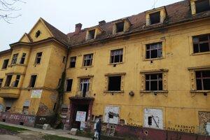 Hororový dom na Kasárenskej chátral dlhé roky. Rómov z neho vysťahovali v roku 2007.