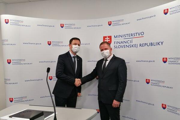 Minister financií Eduard Heger a nový šéf finančnej správy Jiří Žuželka.