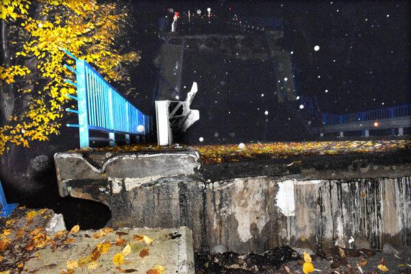 Zrútený most pri Kysaku čaká na odstránenie.