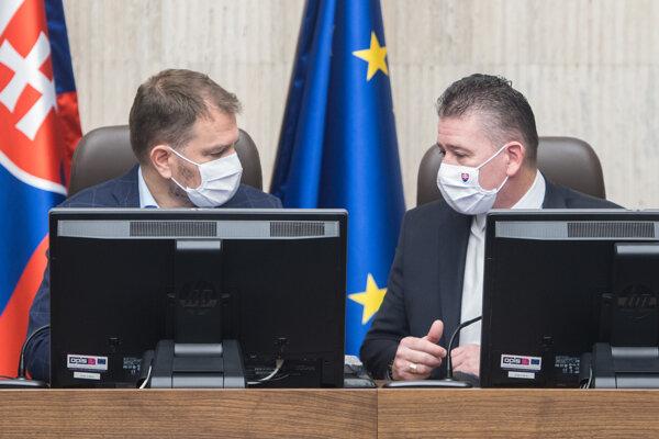 Premiér Igor Matovič a vpravo minister vnútra Roman Mikulec (obaja OĽaNO) počas rokovania vlády.