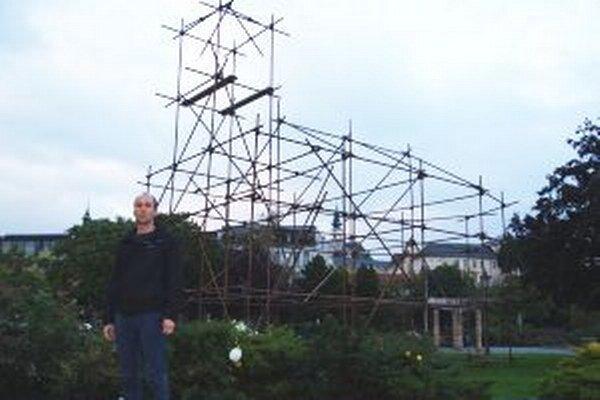 Matúš Lányi a jeho 11 metrov vysoký Skeleton.