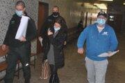 Vpravo Volodymyr, vedľa neho jeho advokátka. Eskorta ho odvádza do väznice.