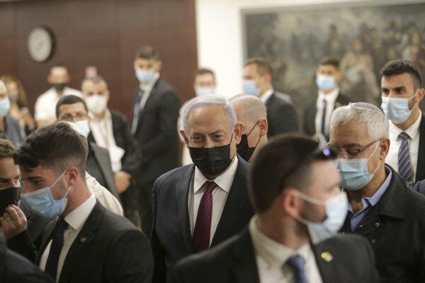 Izraelský premiér Benjamin Netanjahu opúšťa Knesset po schválení predbežného návrhu o rozpustení zákonodarného zboru.