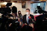 Nezaradený poslanec a člen strany HLAS-SD Peter Žiga hovorí s novinármi.
