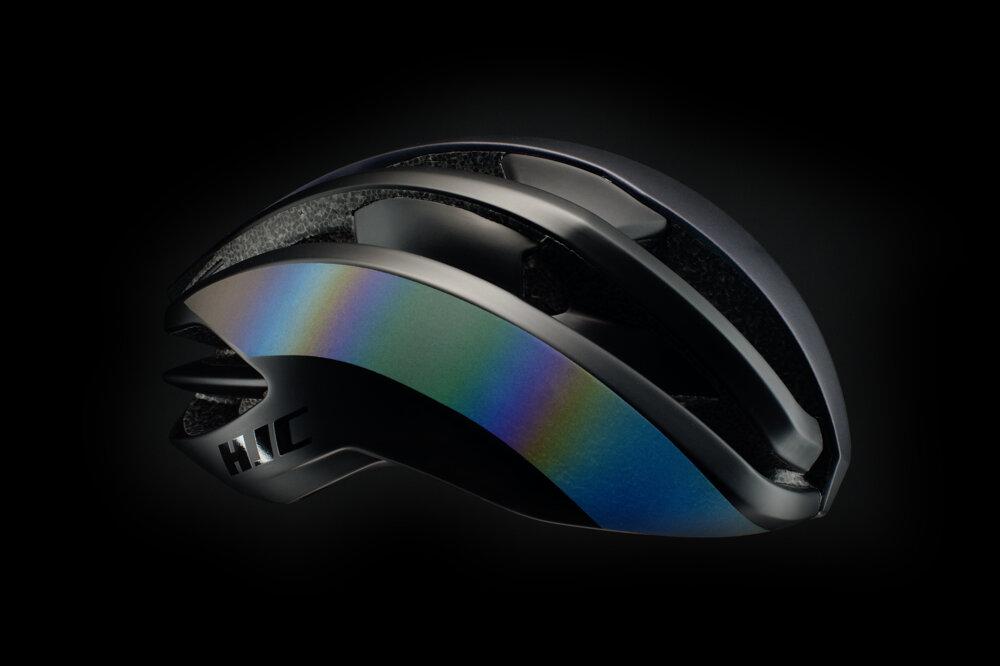 Čierna prilba Isadore s reflexnými holografickými pásikmi.