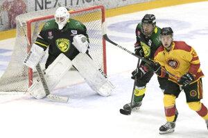 Levickým hokejistom sa na ľade Topoľčian nedarilo. Vzápase obe mužstvá ohrozili brankárov  viac ako stokrát.