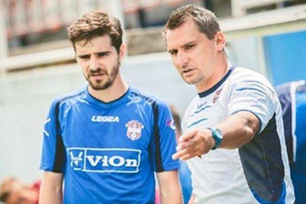Dvoma gólmi sa na postupe podpísal Márius Charizopulos. Vpravo tréner Branislav Mráz.