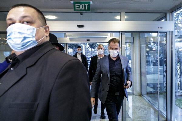 Vpravo premiér Igor Matovič (OĽaNO) a vľavo hlavný hygienik SR Ján Mikas prichádzajú na zasadnutie Ústredného krízového štábu.