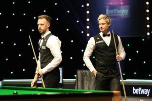 Judd Trump (vľavo) a Neil Robertson vo finále UK Championship 2020.