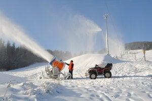 Zasnežovanie zjazdoviek v lyžiarskom stredisku Zuberec - Janovky.