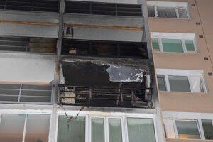Vyhorený balkón aj izba za ním.