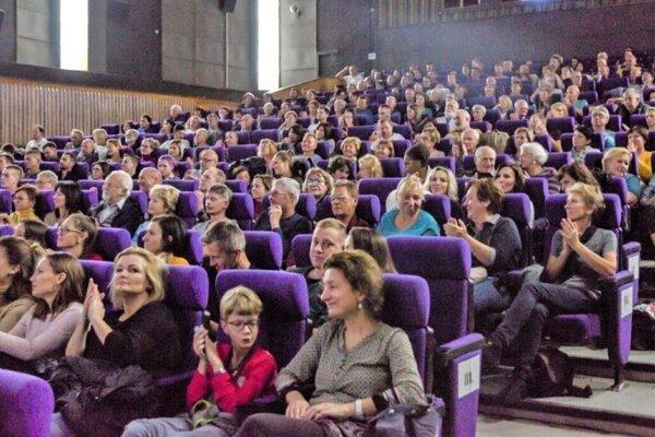 Milovníci kinematografie si budú musieť na oddych pri filme na veľkom plátne ešte počkať.