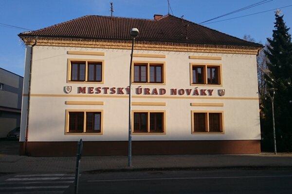 Mesto nedávno zateplilo budovu mestského úradu, do konca roka predloží žiadosť aj na zateplenie obradnej siene.