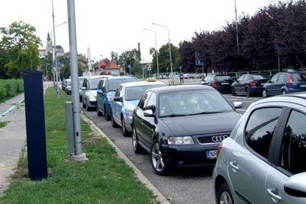 Ulica Slančíkovej, na ktorej sídli aj Sociálna poisťovňa, býva plná áut. Aj tam osadili automat.