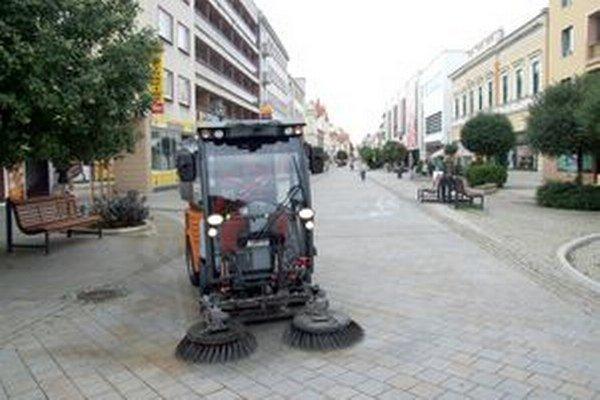 Stroj na čistenie chodníkov.
