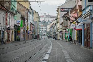 Prevádzky obchodov a firiem na Obchodnej ulicie v Bratislave.