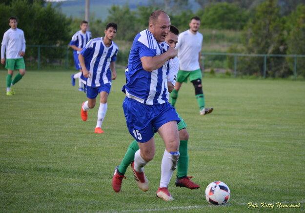 Pri lopte hráč ifunkcionár ŠK Nesvady vjednej osobe Gabriel Hengerics.