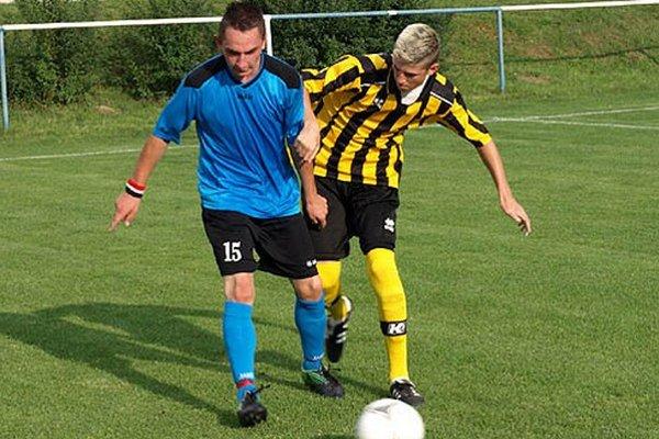 Jediný gól zápasu strelil Martin Drgoň. Vpravo Radoslav Henček z Janíkoviec.