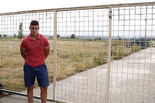 Ľuboš Mišuta si nemá kde zahrať futbal. Veľké futbalové ihrisko je zamknuté a chátra, školské multifunkčné ihrisko slúži iba škole.