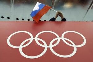 Na archívnej snímke drží fanúšik drží ruskú vlajku nad olympijskými kruhmi.