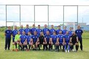Mužstvo MFK Bytča pred začiatkom súťažného ročníka 2020/2021. Kapitán Juraj Jánošík vhornom rade druhý zľava.