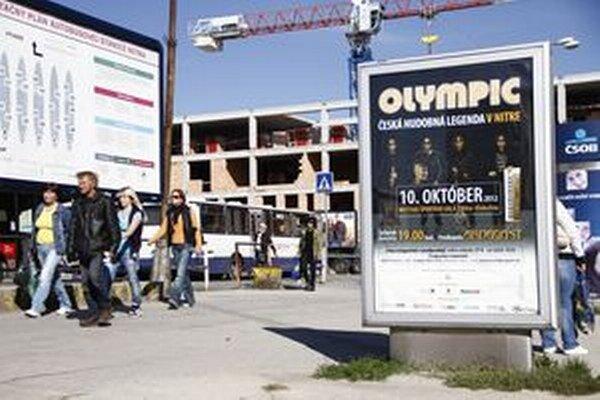 Reklama na koncert Olympicu bola aj na autobusovej stanici. Na českú hudobnú legendu pricestovali ľudia z celého kraja aj zo širšieho okolia. Zbytočne.