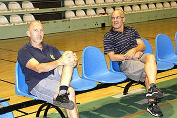 Tréner Ľubomír Urban je tiež rád, že basketbal v Nitre pokračuje. Vľavo jeho asistent Igor Gavalovič.