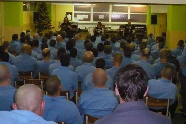 Po iné roky počas vianočných sviatkov vystupovali v ústavoch rôzne hudobné skupiny. Tento rok to bude bez nich.