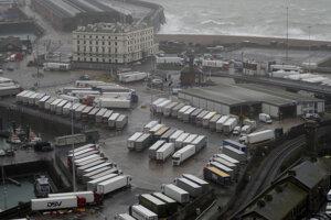 Odstavené kamióny po uzavretí prístavu Dover v Anglicku.