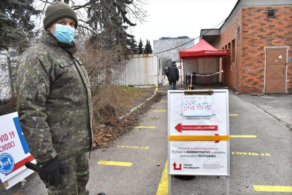 Vojak na Ipeľskej v pondelok neobjednaných na odber nepustil.