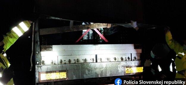 Polícia mužov objavila v kamióne.