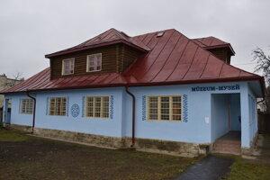 Obecnú múzeum sídli v historickej budove.