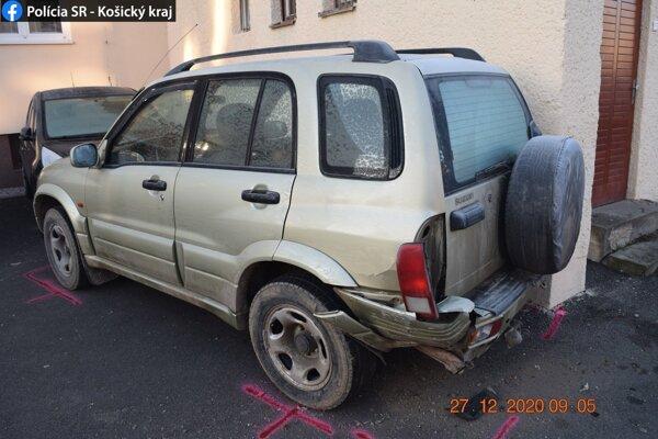 Vinníčka nehody zaparkovala auto pri obchodnom dome.