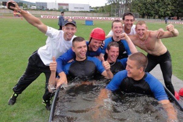 Radosť borcov zo Žiliny, ktorí vyhrali kráľovskú disciplínu v hasičských športoch - útok.