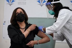 Kamala Harrisová dostáva vakcínu Moderna proti ochoreniu Covid-19 od zdravotníčky Patricie Cummingsovej vo Washingtone.