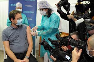 Minister zdravotníctva Marek Krajčí (vľavo) počas začiatku očkovania na Slovensku