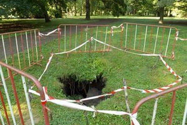 Diera bola v parku takmer týždeň. Včera ju čiastočne zasypali zemou, avizovanú sondu však neurobili.