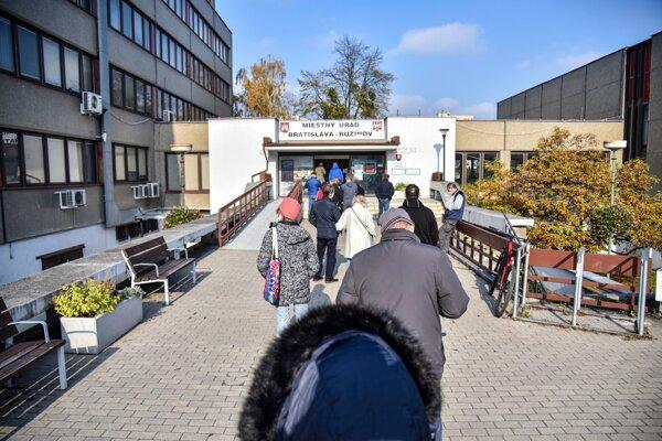 Testovať aj cez víkend sa v Ružinove bude v budove Miestneho úradu.